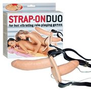 Lateksinen strap-on duo vibralla